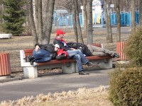Фанаты СКА перед матчем с «Локомотивом» спят в детском парке