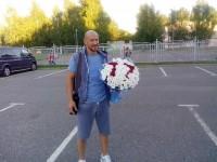 Капитану «Локомотива» в день рождения болельщица подарила букет с №77