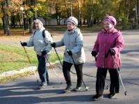 В парке «Юбилейный» прошли соревнования по скандинавской ходьбе
