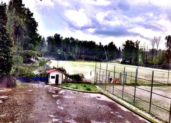 Фото: На базе «Шинника» град повалил деревья и побил газон
