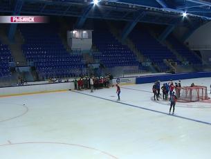 В Рыбинске залили лед во дворце спорта «Полет»