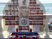 На набережной в Геленджике ярославец своими руками смастерил мемориал «Локомотиву»