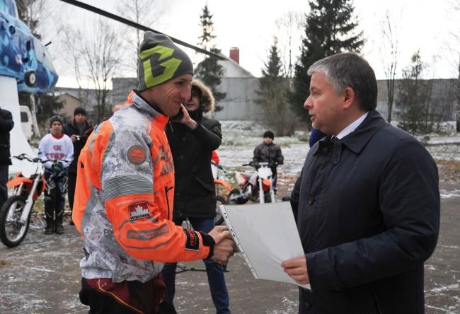 Виктор Костин передал центру патриотического воспитания ДОСААФ России в Карачихе новые мотоциклы для воспитанников