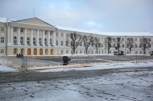 ФОТО: На Советской площади началось обустройство ледового катка