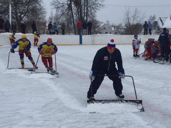 ВИДЕО: Андрей Коваленко вручил школьникам из Туношны хоккейную экипировку