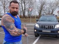 Ярославец протащил огромный внедорожник, накинув себе на шею цепь