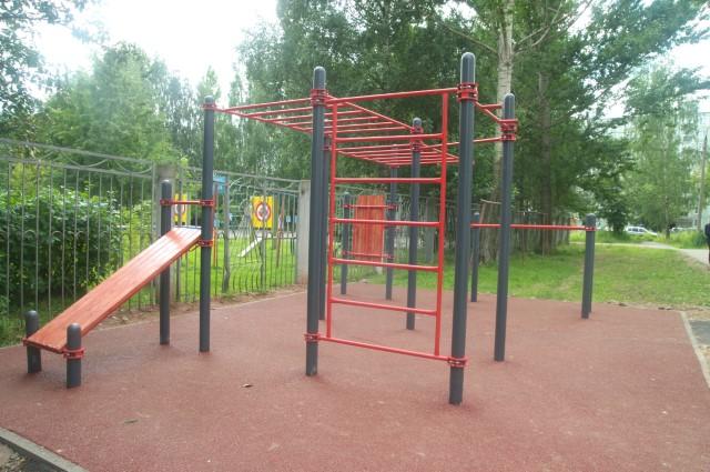 На улице Саукова в Ярославле установили спортплощадку для воркаута