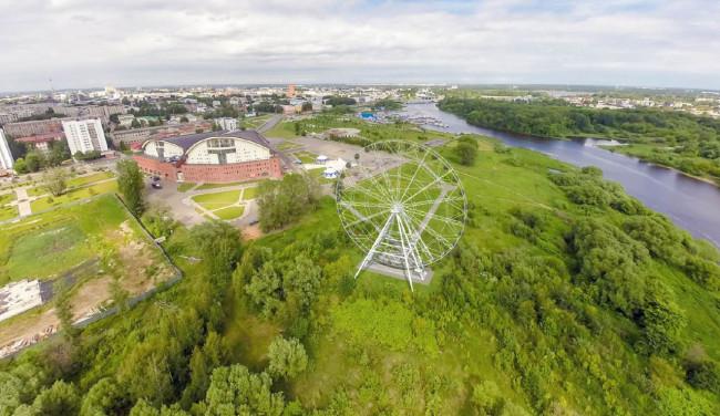 Силачи из Ярославля пытались сдвинуть колесо обозрения, но лопнул трос: видео