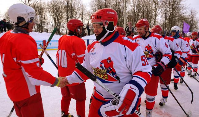 ВИДЕО: В Кузнечихе легенды отечественного хоккея сыграли товарищеский матч с любительской командой