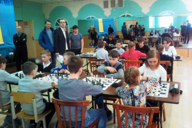 Десять школьных команд сражаются за победу в соревнованиях по шахматам