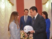 Ярославские фристайлисты подарили Дмитрию Миронову шлем с автографами