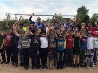 Вратари «Шинника» погоняли мяч с детьми на школьном поле