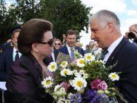 Мэр Рыбинска спустился на парашюте к Валентине Терешковой и подарил ей цветы