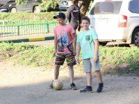 Мэр Ярославля проверил ремонт двора на улице Кирова и пообещал местным ребятам вернуть футбольные ворота