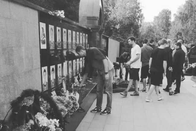 Игроки «Салавата» возложили цветы к мемориалу в память о погибших игроках, тренерах и сотрудниках ХК «Локомотив»