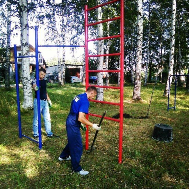 В Заволжском районе устанавливают площадку для воркаута