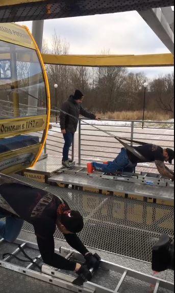 Силач сдвинул ярославское колесо обозрения