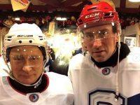 Александр Гуськов сыграл в хоккей с Путиным на Красной площади