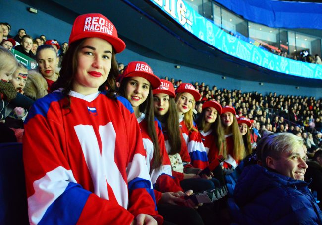 Зеленые девочки, Терешкова и кот Матроскин: крутые фото с матча Россия-Финляндия