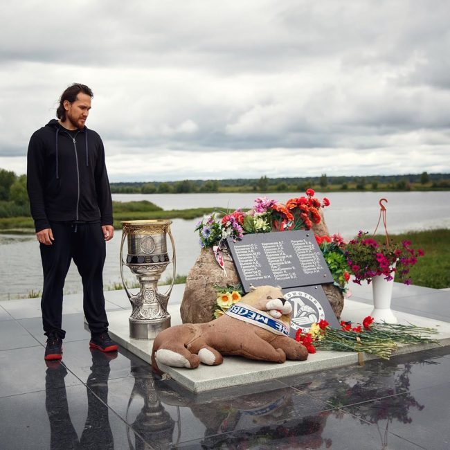 Хоккеист Михаил Пашнин привез Кубок Гагарина на мемориал ярославского «Локомотива»