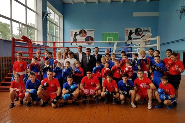 Ярославский губернатор побывал в отремонтированной школе бокса в Ярославском районе