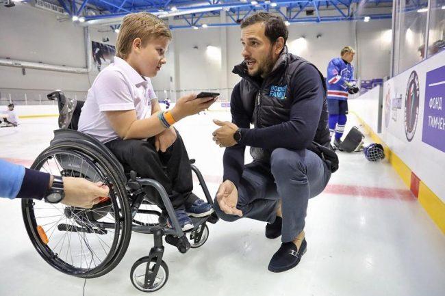 Известный хоккеист Артем Ансимов навестил ребят в лагере Hockey Family Camp