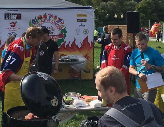 Хоккеисты «Локомотива» приготовили еду на фестивале «Пир на Волге»