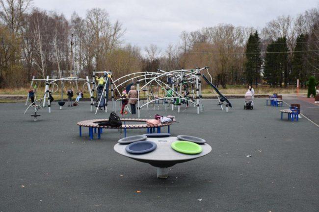 В парке Переславля-Залесского оборудовали современную спортивную площадку по губернаторской программе «Решаем вместе!»