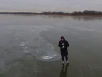 Экстремал заснял прозрачное озеро в Переславле и прокатился по нему на коньках