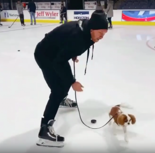 Воспитанник ярославского «Локомотива» сыграл в хоккей с собакой: видео