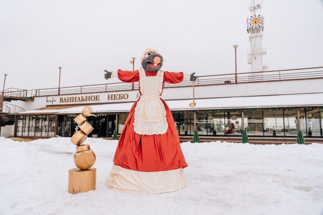 В Ярославле рядом с рестораном «Ванильное небо» установили первое в городе чучело Масленицы