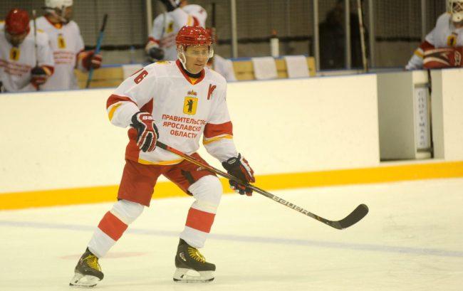 Губернатор сыграл в хоккей с послом Швеции